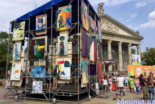На Театралку привезли гігантський арт-куб