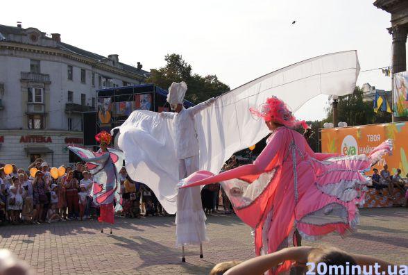У Тернополі виступили 3-метрові ходулісти