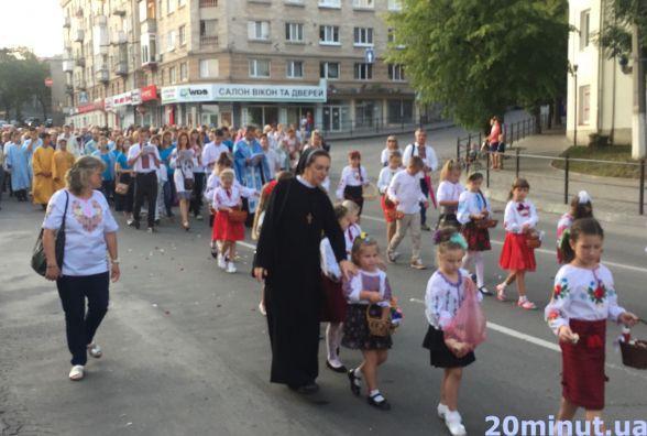 Відео дня: дорогу на Острозького  посипали пелюстками троянд