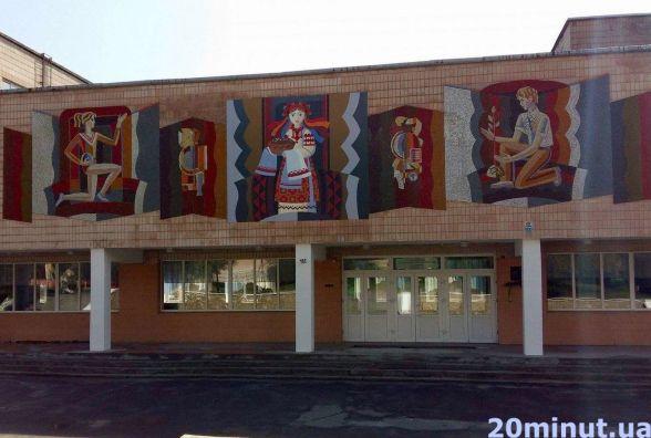 Фото дня: на фасаді школи декомунізували піонерку на україночку