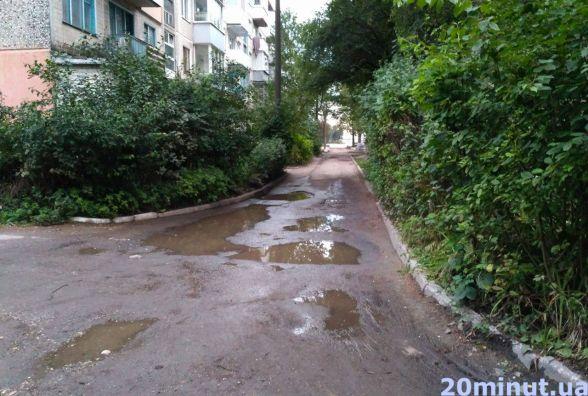 """На """"Східному"""" мешканці скаржаться на ями у дворі. В управлінні ЖКГ кажуть, що ремонту поки не буде"""