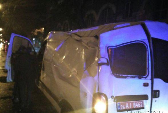 Нічні ДТП у Тернополі: один водій в'їхав в огорожу, інший - в електроопору