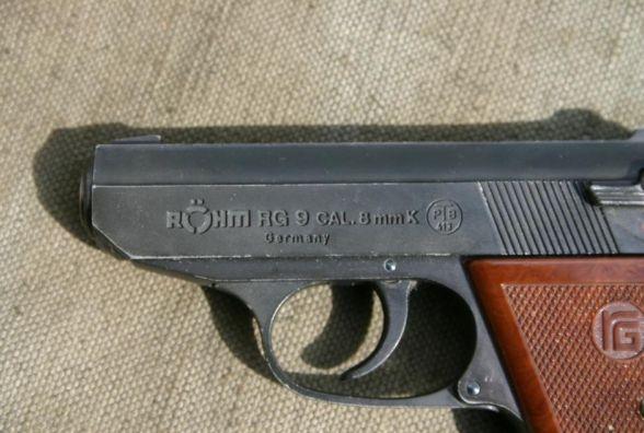 На Тернопільщині чоловік прийшов у поліцію з пістолетом