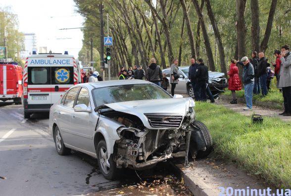 Аварія на Злуки: розтрощені дві машини, одна вилетіла на тротуар