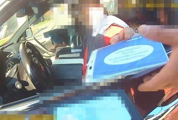 У Тернополі коп на ходу заскочив до автомобіля і заглушив мотор