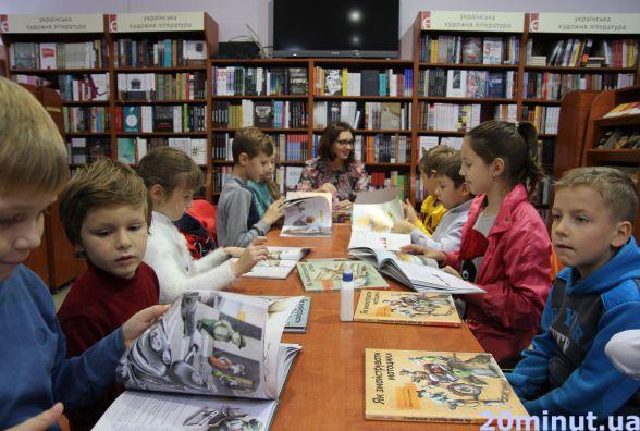 """Діти майструють літаки з прищепок у книгарні """"Є"""""""