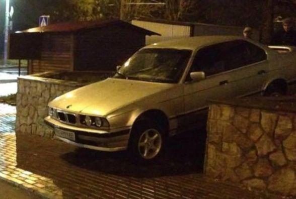 """На """"Дружбі"""" п'яний водій на BMW хотів проїхати по сходах"""