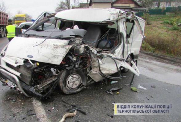 На Теребовлянщині Ford Transit виїхав на зустрічну смугу і зіткнувся з ГАЗом