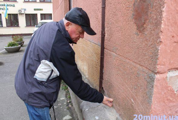 Мешканці будинку на Замковій, 9 уже кілька років не можуть добитись ремонту фасаду