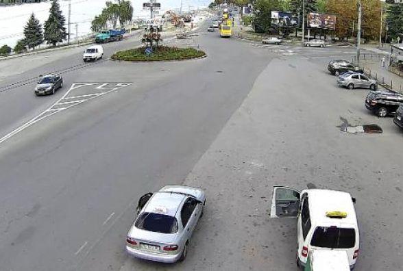 """Біля """"Маяка"""" водій побив таксиста, бо той попросив не загороджувати проїзд"""