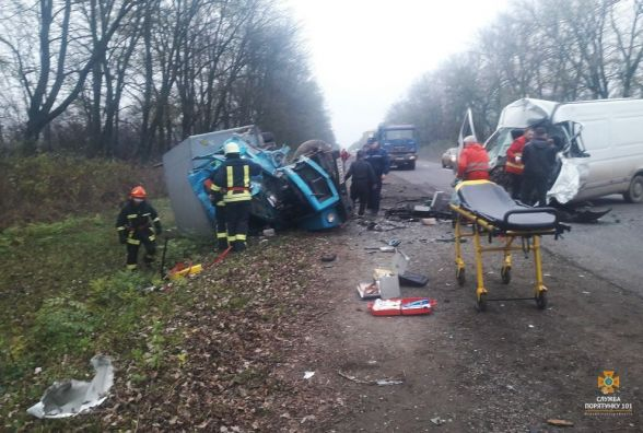 """На Тернопільщині зіткнулись Renault і вантажівка """"ГАЗ"""": одна людина загинула, п'ятеро у лікарні"""