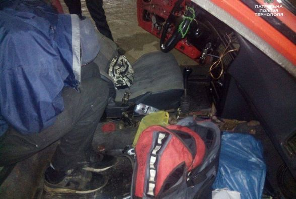 Чоловік лежить на асфальті поруч з автомобілем, - тернополяни повідомили в поліцію