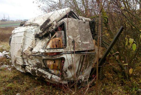 """ДТП поблизу Козови: розтрощений Volkswagen в кюветі, водія забрала """"швидка"""""""