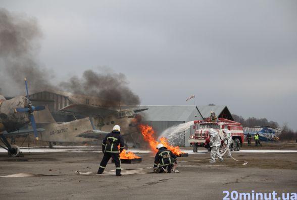 На тернопільському летовищі вчилися гасити пожежу і рятувати потерпілих