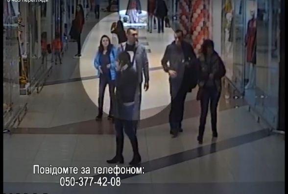 У Тернополі з'явилось відео, як декілька людей у торговому центрі крадуть хутро