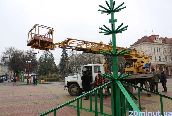 На Театралці встановлюють новорічну ялинку висотою 18,5 м