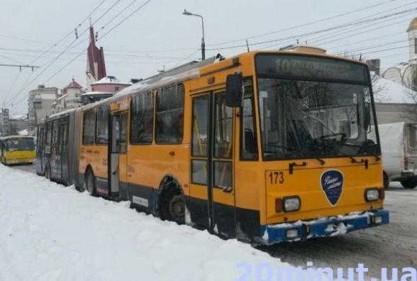 До тролейбуса – через калюжі на дорозі