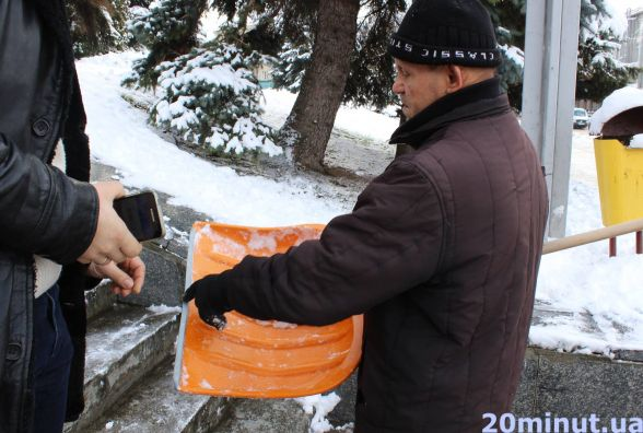 Майже 1000 грн за шуфлю для снігу хочуть продавці у Тернополі