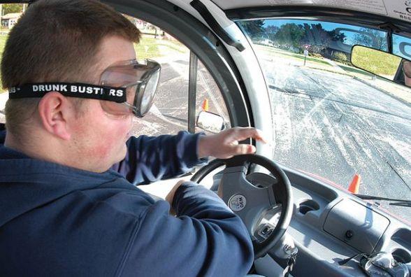 """За допомогою """"П'яних окулярів"""" тернополянам покажуть, як впливає алкоголь на водія"""