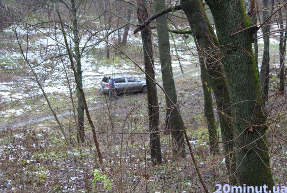 """Аварія неподалік """"Березолю"""": після зіткнення авто вилетіло в парк"""