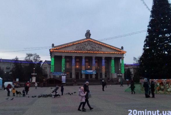 Фото дня: новорічною ілюмінацією почали прикрашати театралку