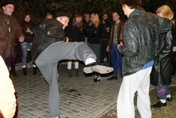 """У парку п'яна """"гопота"""" кинула під ноги і побила перехожого"""
