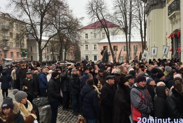 Сотні людей стояли за свяченою водою від Катедри аж до прокуратури