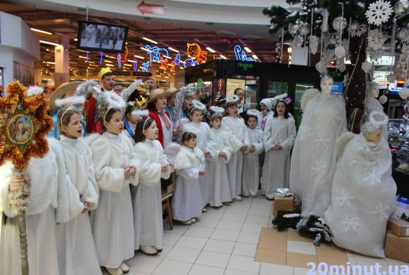 В супермаркеті колядували Тимошенко, Ангелики та Путін