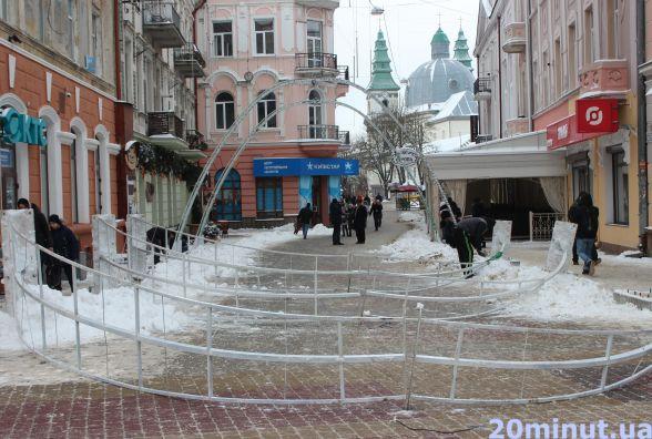 В Центрі демонтують світодіодні арки, які не простояли й місяця