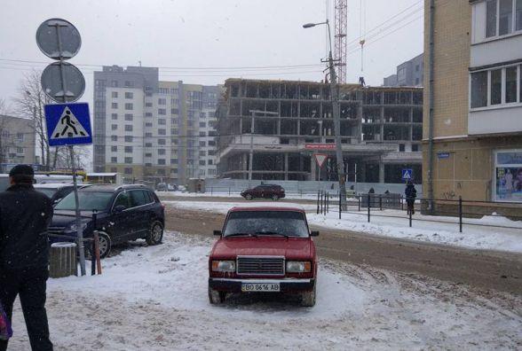 Водій припаркувався прямо серед пішохідного переходу