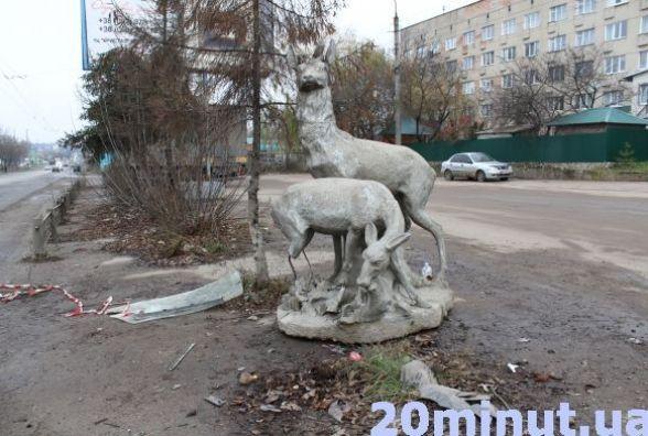 Скульптуру оленів на Микулинецькій, в яку врізалось авто, перенесуть у парк
