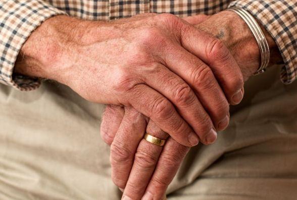 Самотнім пенсіонерам безкоштовно читатимуть пресу, допоможуть прибрати та готувати їсти