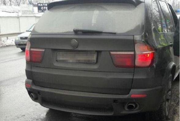 Водію на BMW Х5, якого зупинили через забруднені знаки, загрожує понад 40 000 грн штрафу