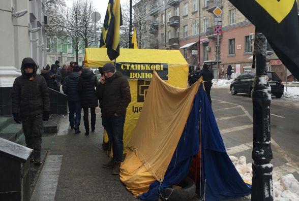 Активісти принесли під стіни прокуратури шини та розклали намети. Приїхала поліція