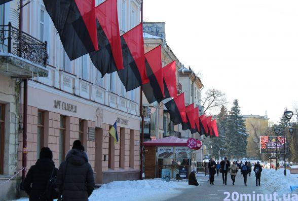 Центр Тернополя в червоно-чорних стягах. Люди шоковані (для обговорення)