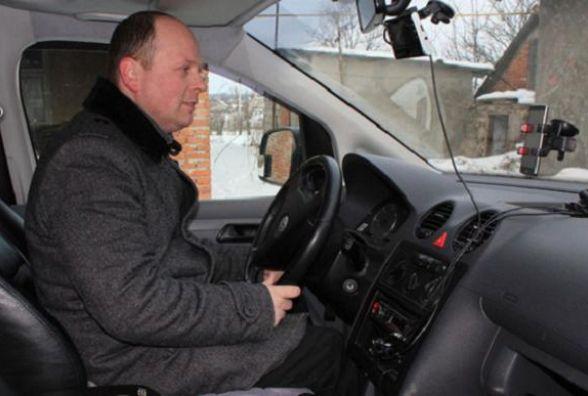 Священик з Тернопільщини проводить молитви і благословляє у Instagram