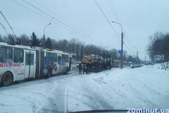 Від Збаразького кільця до 15 Квітня стоїть близько десяти тролейбусів. Люди йдуть пішки