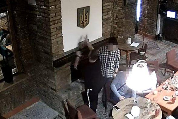 Шок! Польський студент спалив у Тернополі Герб України