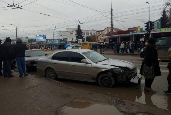 ДТП на перехресті вулиць Шептицького і Живова: зіткнулись дві іномарки - є постраждалі