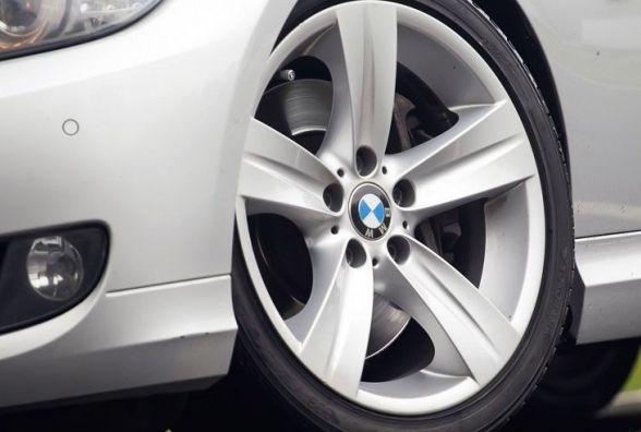На Корольова двоє юнаків намагалися вкрасти колеса BMW