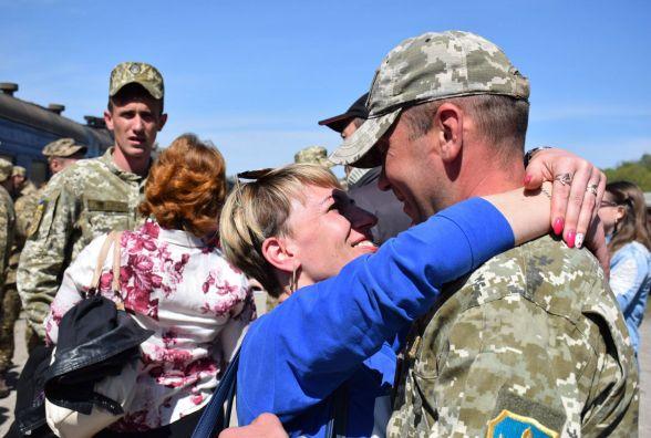 Фото дня: сльози радості, міцні обійми - тернопільських артилеристів вітають вдома