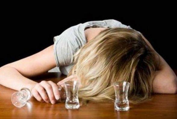 У Тернополі неповнолітня дівчина лежала п'яна на дорозі