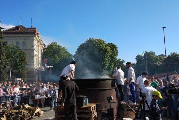 """Фото дня: сотні глядачів спостерігають за приготуванням рекордного """"журека"""""""