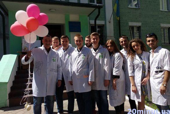 Фото дня: в останній день навчання студенти-стоматологи розмалювали свої халати зубами