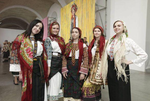 День вишиванки: тернополяни заполонили соцмережі фотографіями у національному вбранні