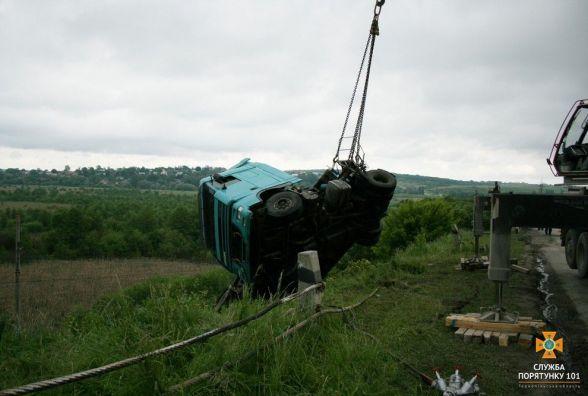 ДТП біля Глибочка:  у кювет перекинулась вантажівка DAF