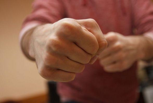 На Тернопільщині підприємець бив п'яних пішоходів і погрожував штик-ножем
