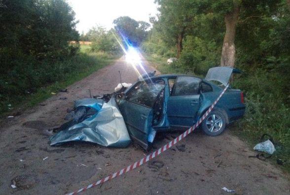 У Підволочиському районі авто врізалось в дерево. Водій і пасажир загинули