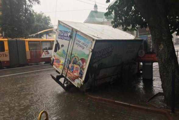 """Фото дня: на Руській провалилась вантажівка """"Наш молочник"""""""