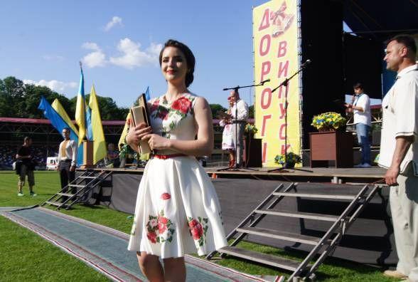 15 випускників, які перемогли в конкурсі на кращий вишиваний костюм, отримають по 1000 грн